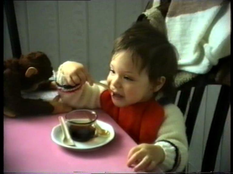 Eine Tasse, ein Junge, drei Löffel
